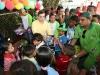 Tarek entregó juguetes a niños y niñas de nueve refugios