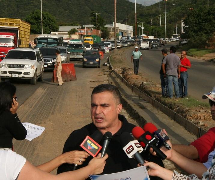 Gobernación realiza recuperación de la  vialidad cercana al hospital Dr Luis Razetti