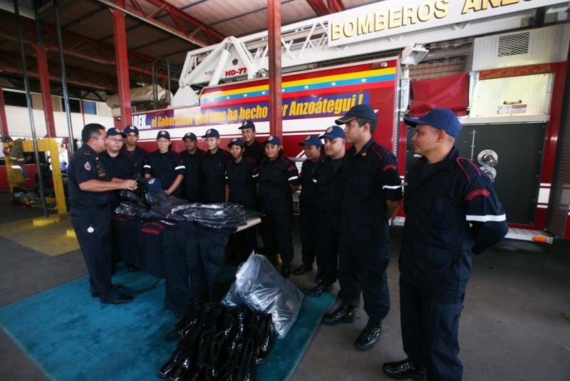 Gobernador Tarek dotó de uniformes y equipamiento al cuerpo de bomberos estadal