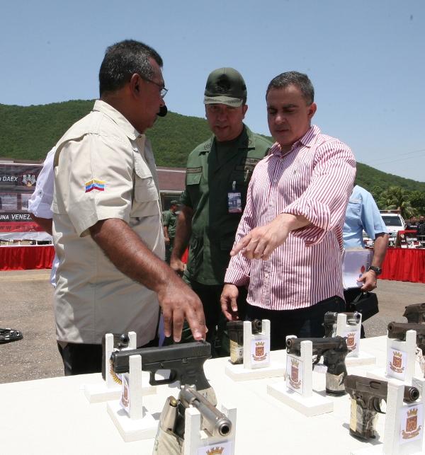 Viceministro Reverol y Gobernador Tarek entregaron armas ilegales al DAEX