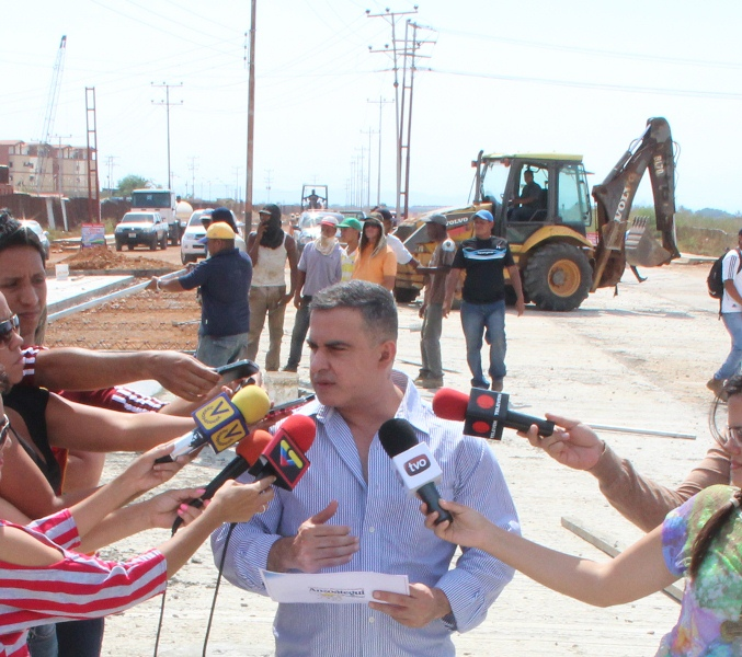 Tarek construye avenida Teniente Elías Manuitt Camero