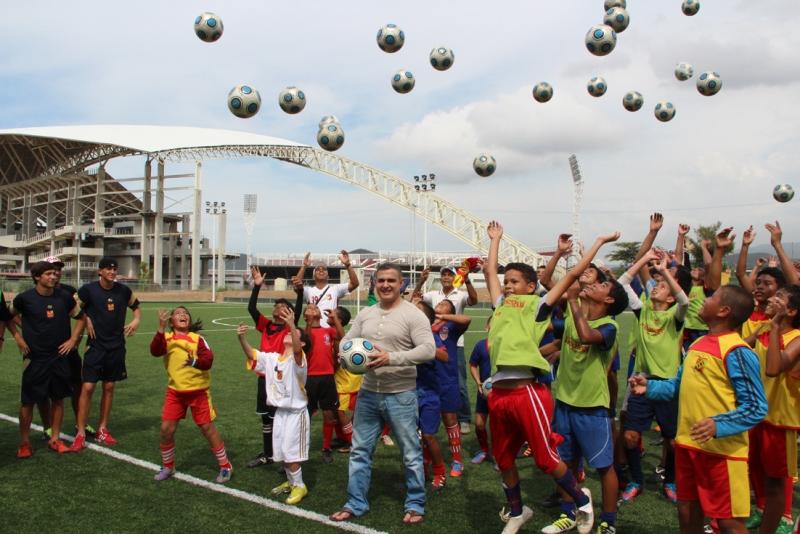 Tarek promovió clínica de futbol menor
