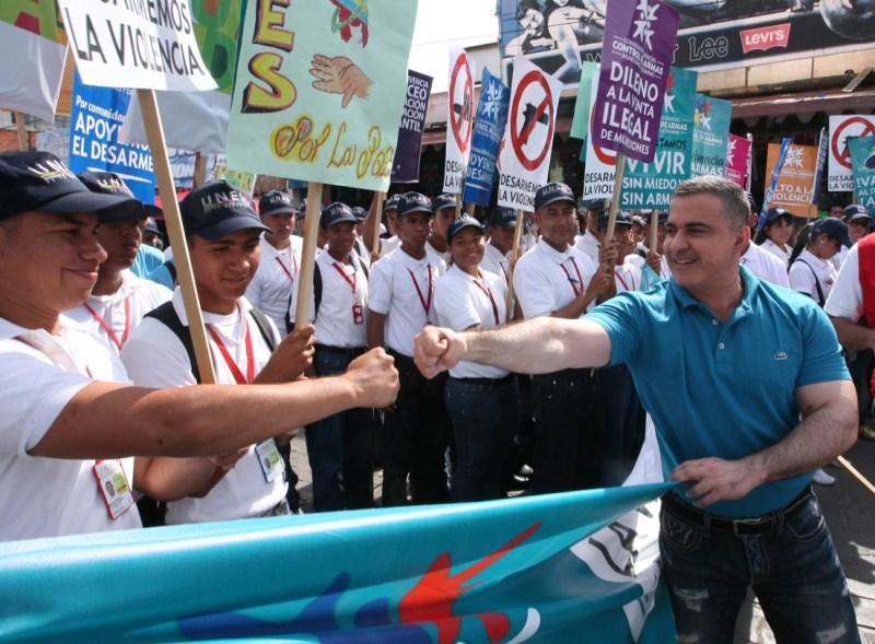 Tarek encabezó marcha en apoyo al desarme y la paz