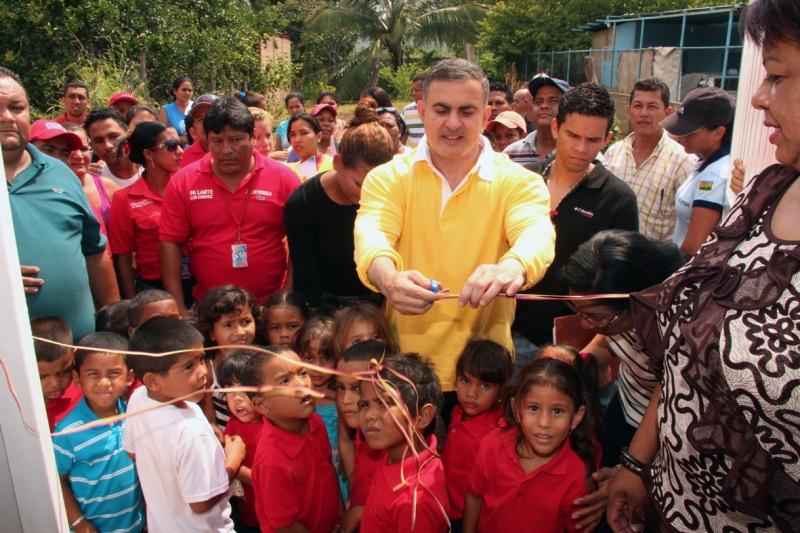 Tarek inauguró escuela en El Rincón