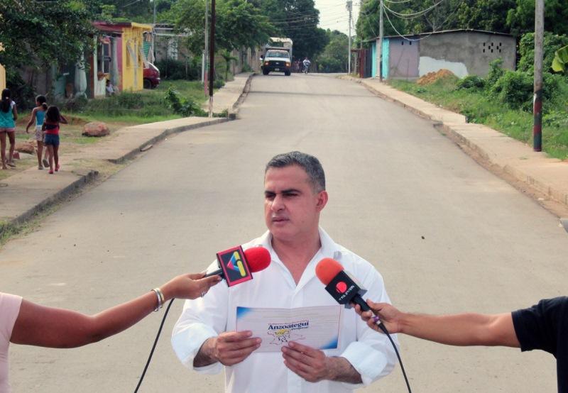 Gobernador Tarek entregó asfaltado en Mayorquín