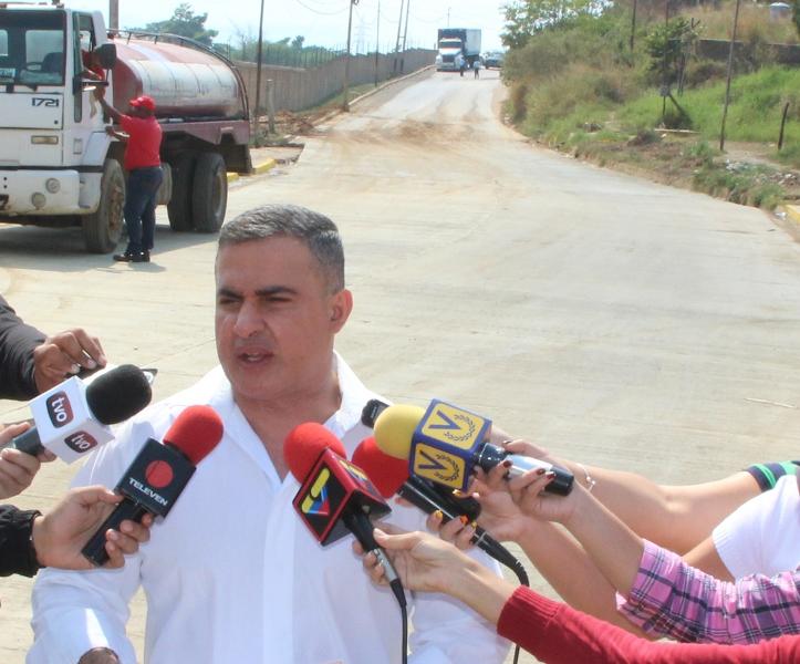Tarek entregó vialidad en Naricual