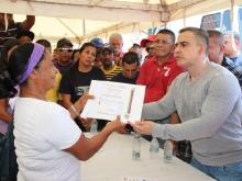 Tarek entregó créditos productivos en El Samán de Urica