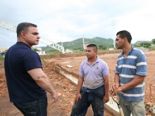 Tarek inspecciona campo de fútbol en Polideportivo