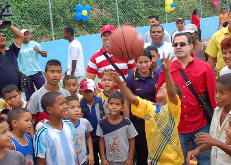 Gobernación culmina cancha de usos múltiples en E. B. Blas Fariñas de Urica