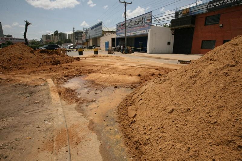 Restringido paso de vehículos por la calle principal del sector Colinas del Neverí
