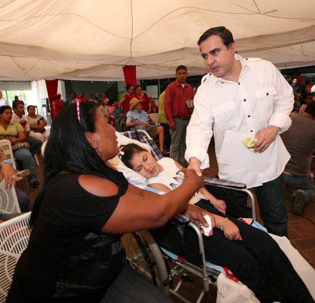 Gobernador Tarek realiza entrega de ayudas sociales por más de 747 mil Bs.F.