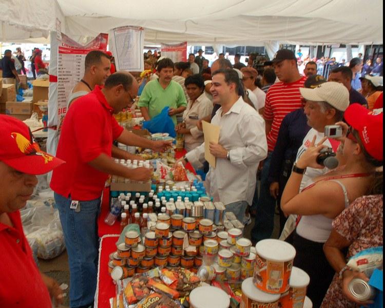 Más de 10 mil personas que habitan en el municipio Sotillo se beneficiaron con el operativo alimentario que realizó la Gobernación del estado Anzoátegui, a través de la Dirección de Misiones Sociales y  la red de mercados Pdval en la avenida Estadio  frente al Chico Carrasquel, en la ciudad de Puerto La Cruz.