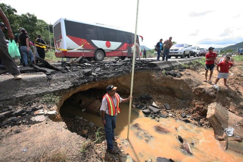 Gobernación de Anzoátegui repara  alcantarillas colapsadas en la Troncal 9