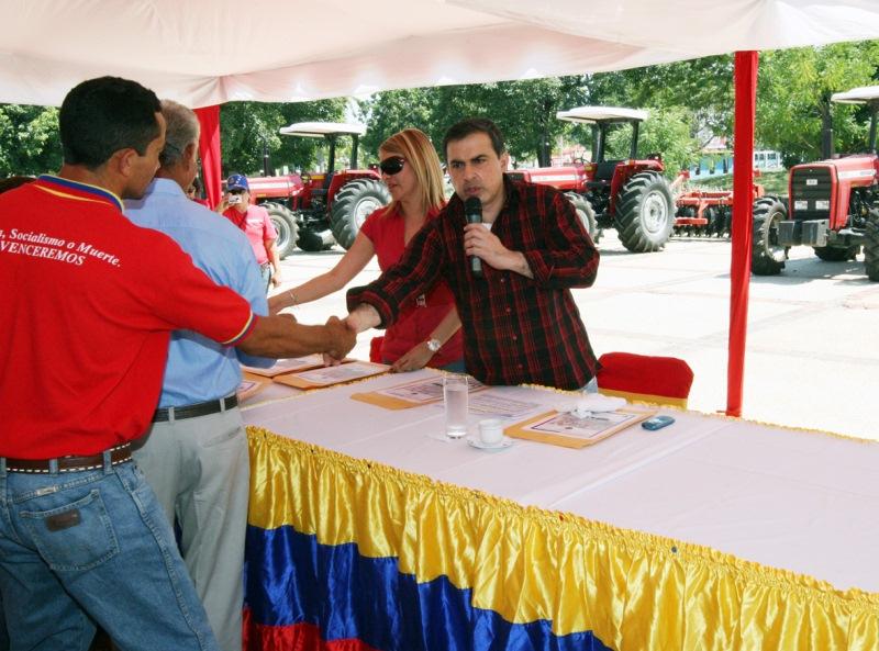 Tarek realiza vigésima tercera entrega de maquinarias y créditos agrícolas