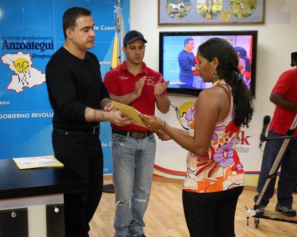 Tarek entregó donativo a vecinos de Guanta