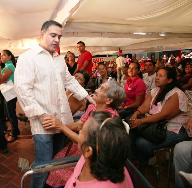 Tarek realizó nueva entrega masiva de ayudas sociales del año 2011
