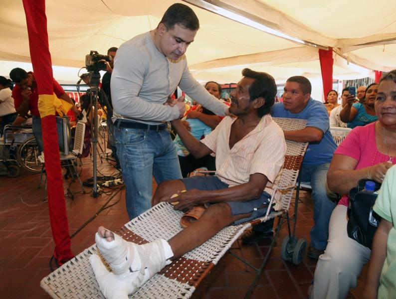 Tarek realizó segunda entrega masiva de sillas de ruedas del año 2011