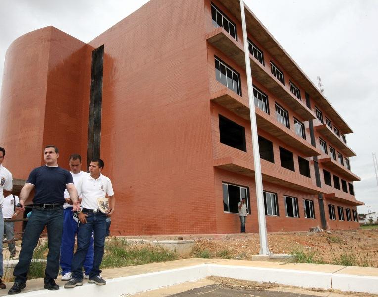 Tarek inspecciona avance de construcción de la Unefa en El Tigre