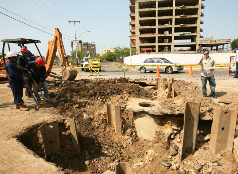 Tarek supervisó trabajos de reparación de colector caído en Lechería