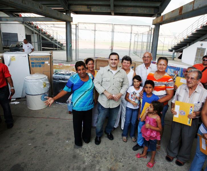 Tarek entregó ayuda a afectados de Sotillo
