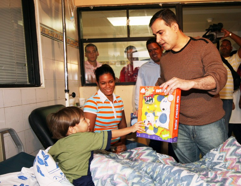 """Tarek entregó regalos a niños del Hospital """"Rafael Tobías Guevara"""""""