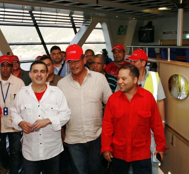 """Gobernadores de Vargas y Anzoátegui reciben al """"HSS Discovery"""" el ferry más rápido del mundo"""